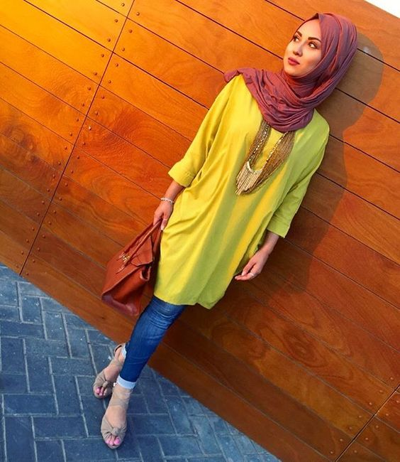 Hijab combinations navy blue jeans yellow long tunic mink shoes